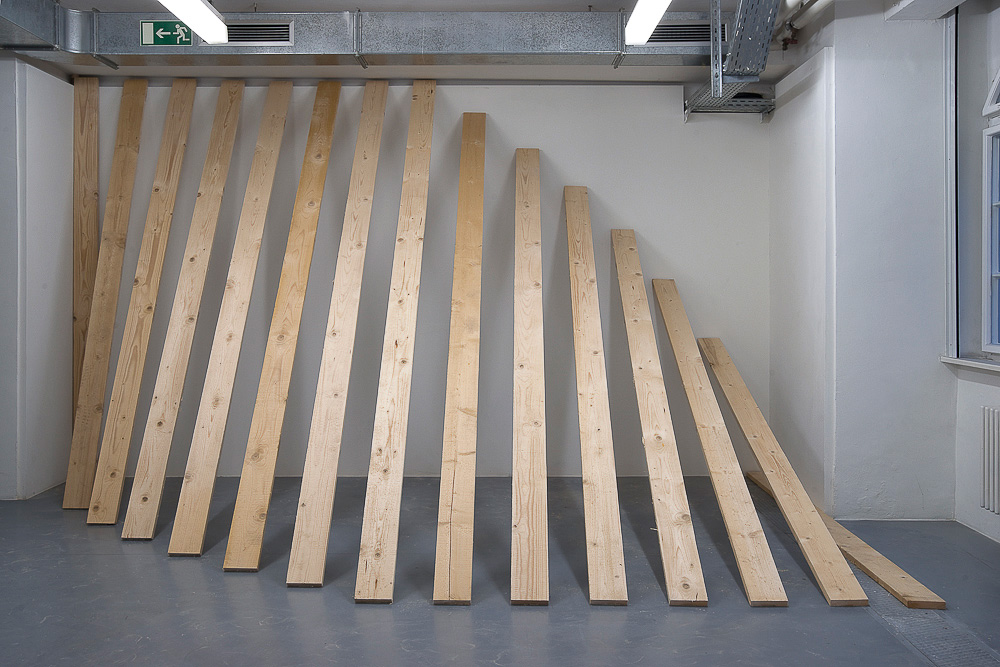Hoch-Tief, 2010, Bretter, ca. 260 x 450 cm | High-Low, 2010, boards, about 260 x 450 cm