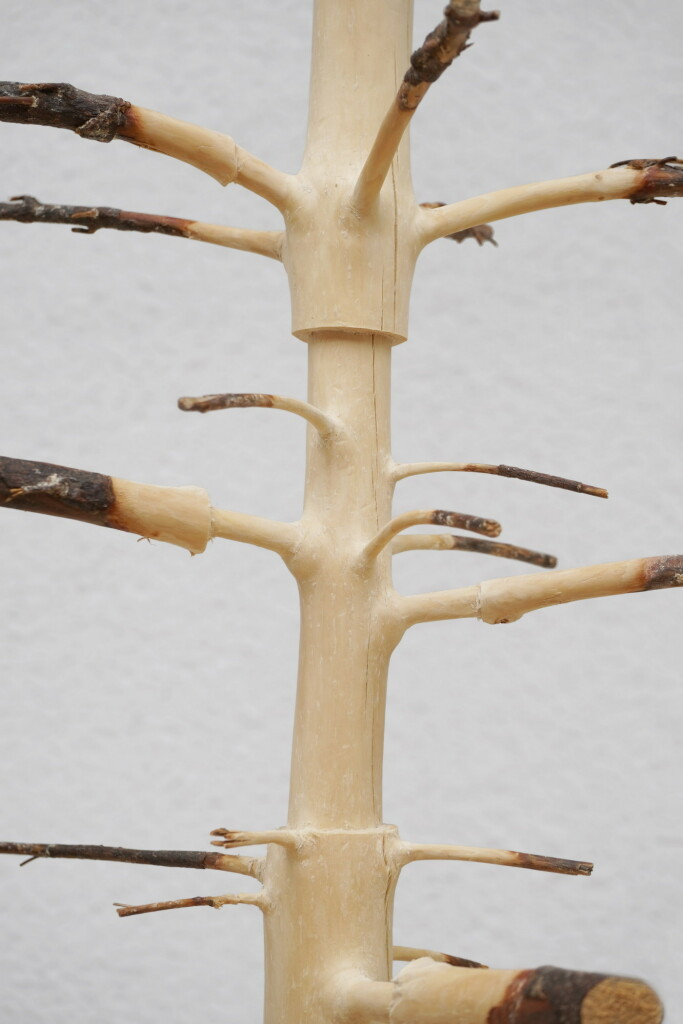 Detail, (Chronos, 2020/21, Balken auf Stahl, 301,5 x 37 x 30 cm) | detail ( Chronos, 2020/21, beam on steel, 301,5 x 37 x 30 cm)